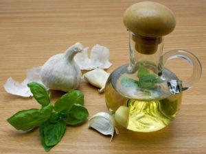 Уксус и чеснок - ароматная и эффективная смесь.
